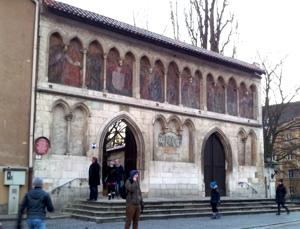 gotisches Portal zur Kirche hin