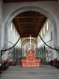 Blick von der karolingischen Vierung in das Langhaus hin zum ottonischen Westbau