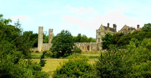 Blick auf die westlichen Abteigebäuden von den Fischteichen aus